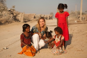 Deanne Bennett with girls from tent-dwelling community in Bangalore, India.